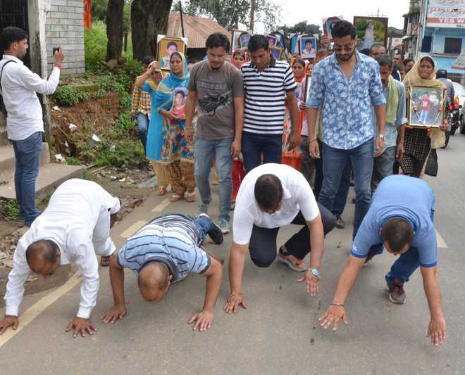 Dharamshala: Parents Crawl To Protest Against Children's Accident