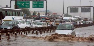 Heavy rains lash Delhi, water logging leads to traffic congestion