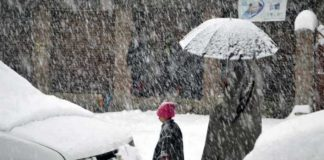 Kashmir remains cut off for 2nd day as heavy snowfall disrupts flight services, closes highway