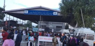 Tourists rush to Srinagar airport after terror threat warning