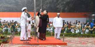 Sonia Gandhi unfurls the National Flag at the AICC HQ on Congress Foundation Day