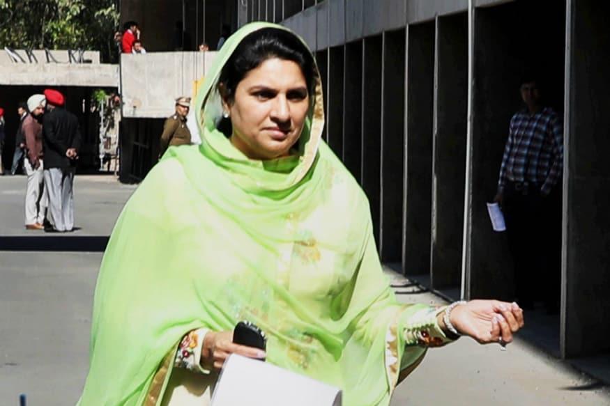 MLA Naina Chautala honored 10th topper Rishita by giving laptop