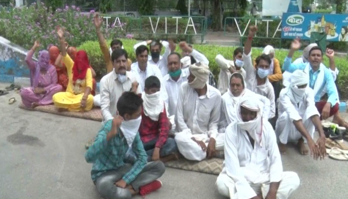 Farmers protest against milk plant | Demanded outstanding payment