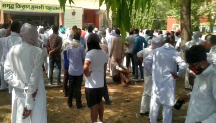 Farmers locked the office of Mandi Board Secretary
