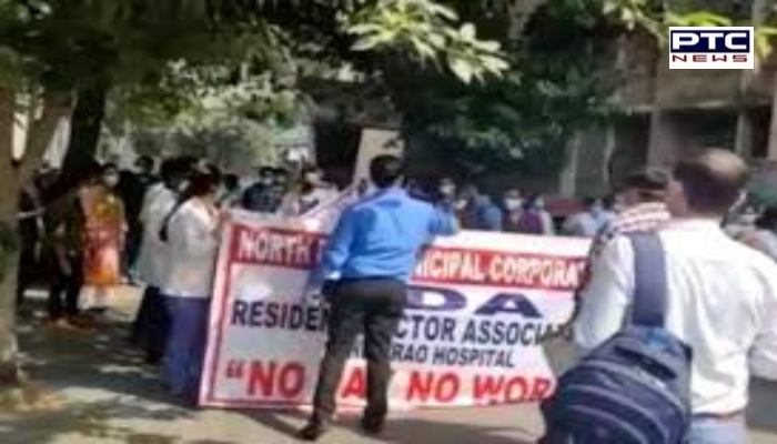 Delhi: Mayors of All Three Municipal Corporations Holds Sit-in Protest Outside CM Kejriwal's Residenc