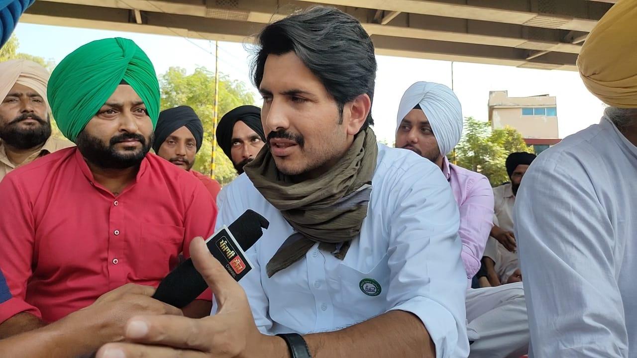 Amid Bharat Bandh, Punjabi singer Jass Bajwa joined farmers protest against the Centre's farm laws 2020 at Ghazipur border (Delhi-UP border).