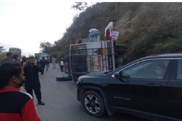 Private bus overturns near Solan in Himachal Pradesh, injuring many passengers