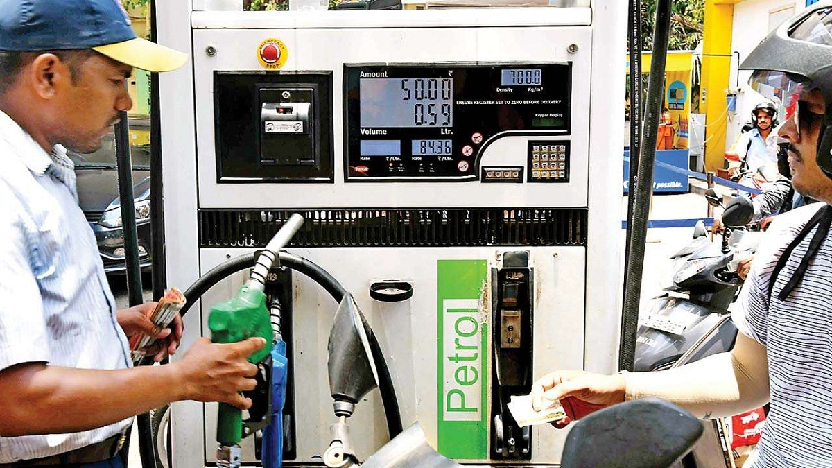 While several petrol pumps in Punjab are offering free petrol and diesel to farmers amid protest, petrol pump in Ghazipur, Uttar Pradesh disagreed fuel in tractors.