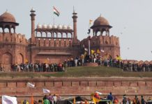Tractor March Delhi: Farmers hoist flag at Red Fort