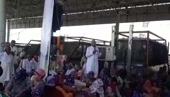 Farmers shout slogans against BJP leader