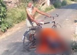Elderly man carries wife dead body on bicycle after villagers refuse to allow cremation