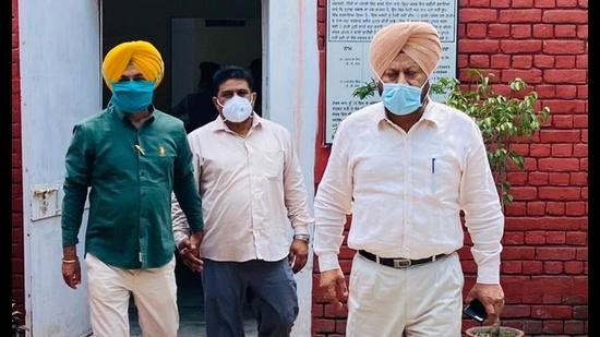 SMO nabbed accepting bribe from subordinate