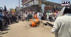 Kisan Andolan : Farmers burn PM Modi's effigy , hoist black flags at Singhu Border