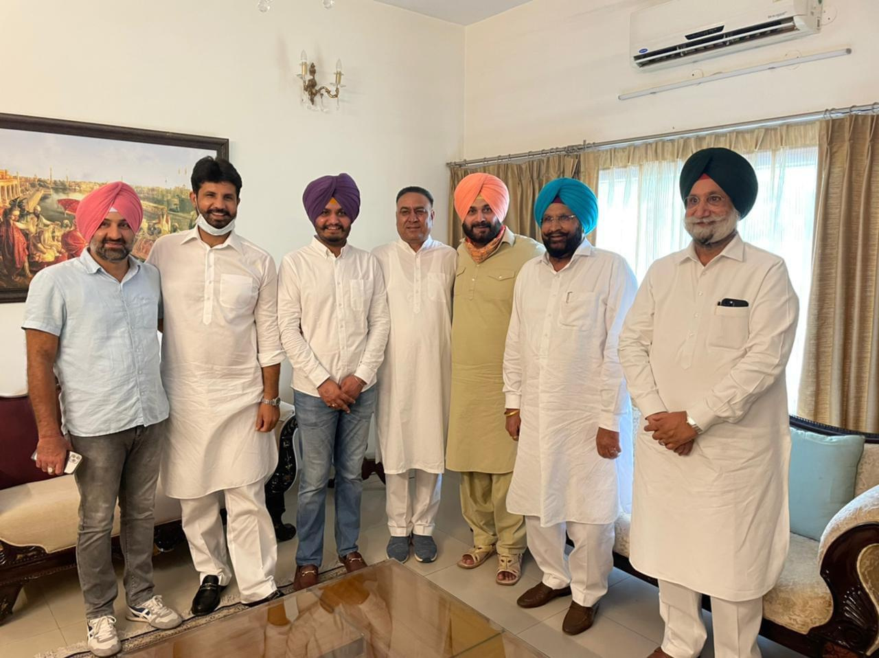 Tipped to be Punjab Congress President, Navjot Singh Sidhu meets Sunil Jakhar, other Congress leaders