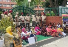 Mohali: Contractual teachers block gates of Punjab education department building